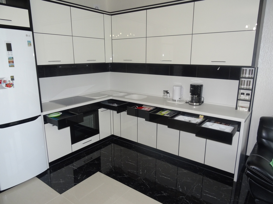Белый кухонный гарнитур-Кухня МДФ в эмали «Модель 68»-фото4