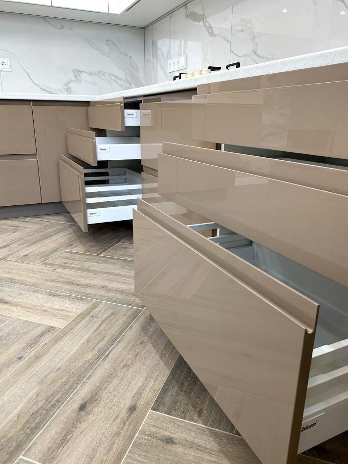 Белый кухонный гарнитур-Кухня МДФ в эмали «Модель 565»-фото6